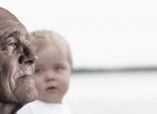 Opa-feiern-mit Kind