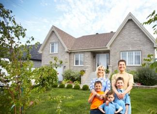 Patchwork Familie vor dem Haus