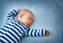 baby-schlaeft-in-bett-junge