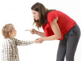 Kind-schimpfen-Mutter-aggressiv