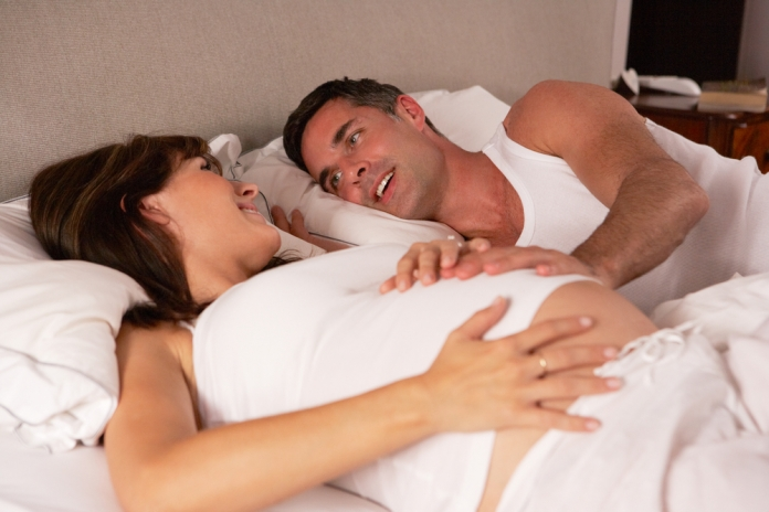 Mann-Frau-schwange-Bett