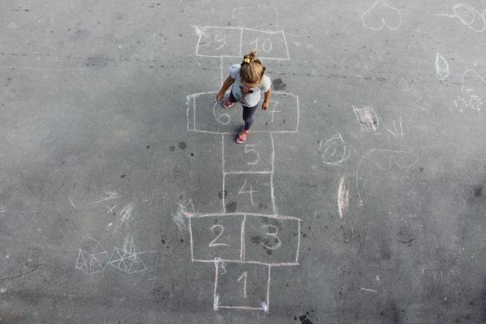 kind-spielen-alleine-freunde
