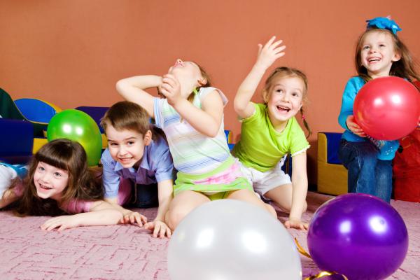 Kinder-spielen-mit-Freunden-Kindergarten