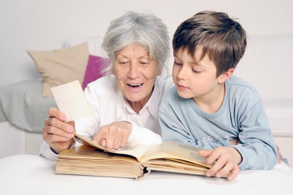 Oma liest dem Kind aus einem Buch vor.