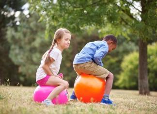 2 Kinder spelen mit dem Hüfpball
