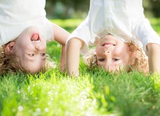 2 Kinder machen einen Kopfstand