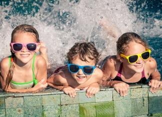 3 Kinder planschen im Wasser