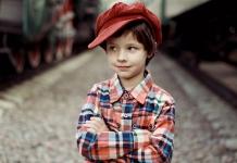 Junge mit roter Kappe