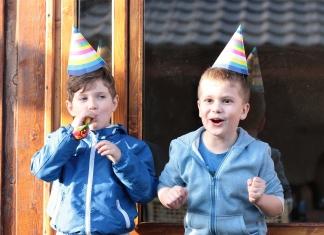2 Buben mit Partyhüten